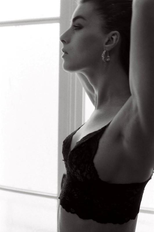 Η λαμπερή ομορφιά της γοητευτικής χορεύτριας και μούσας καλλιτεχνών, Κιμ Χάρλοου, 20 χρόνια μετά το θάνατό της [εικόνες]