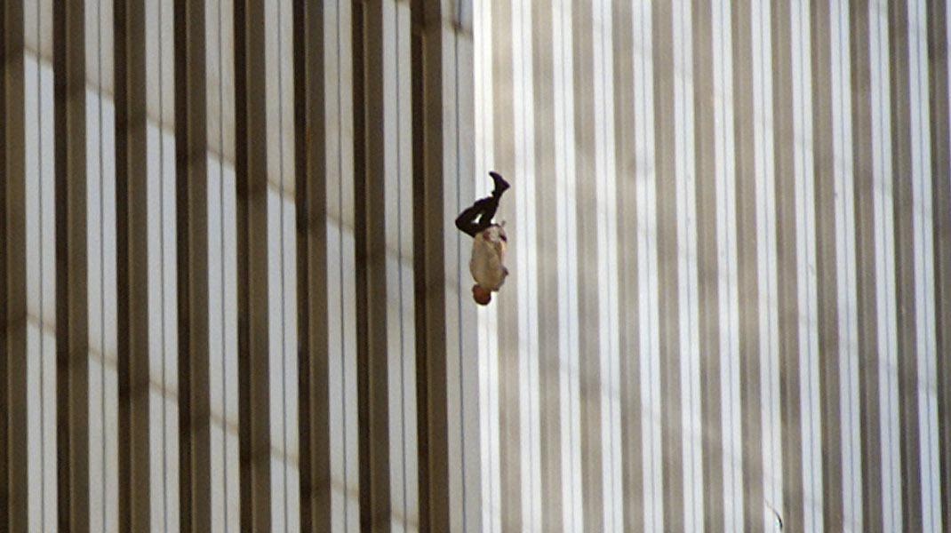 Η πιο συγκλονιστική εικόνα από την επίθεση στους δίδυμους πύργους στις 11 Σεπτεμβρίου 2001 -Φωτογραφία: AP/Richard Drew