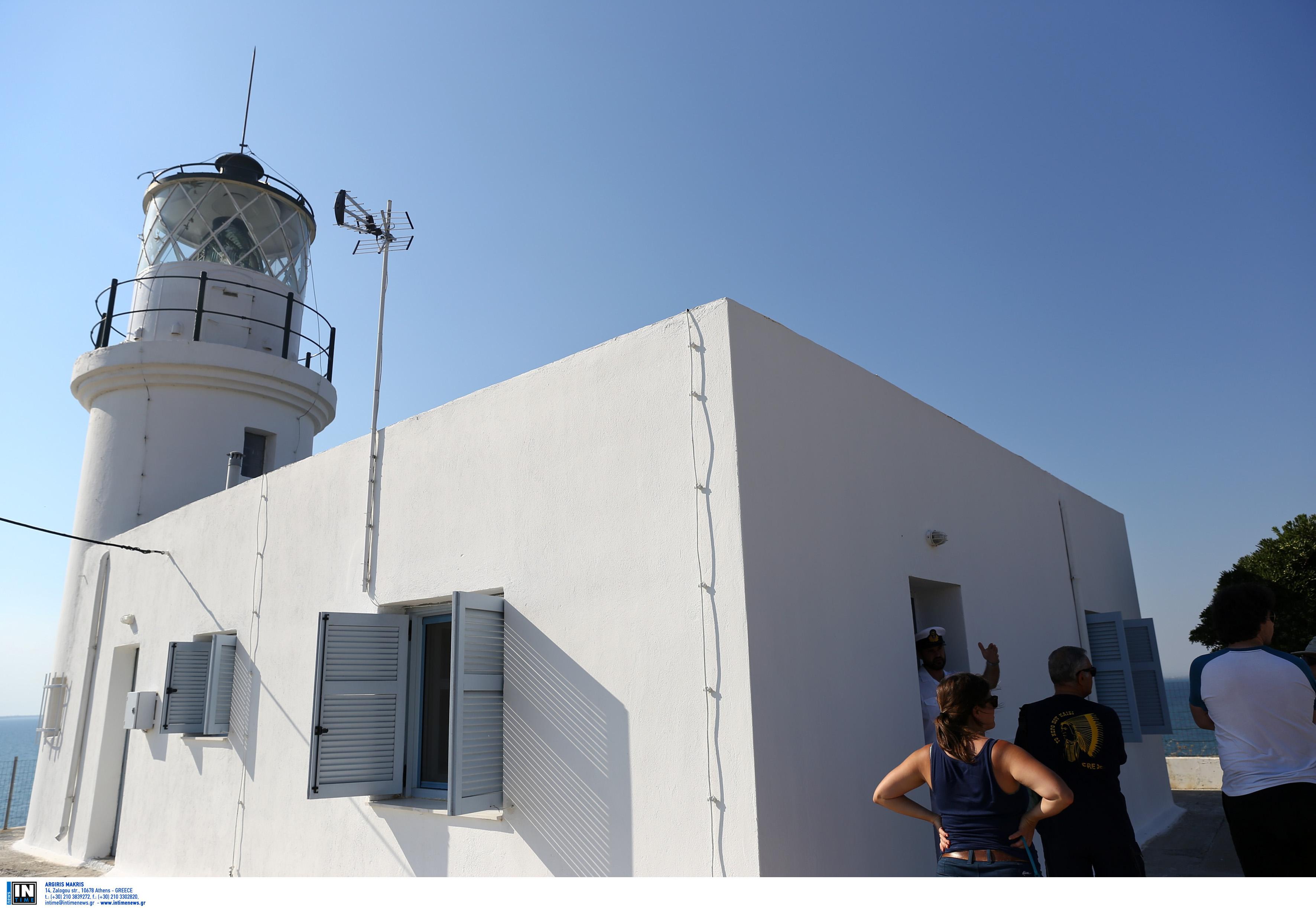 Ο φάρος στο Μεγάλο Έμβολο του Θερμαικού κόλπου κατασκευάστηκε το 1864 από την Γαλλική Εταιρεία Φάρων. Το ύψος του πύργου του ειναι 10,5 μέτρα και τό εστιακό του ύψος είναι 32 μέτρα. Βρίσκεται στην άκρη της Ναυτικής Βάσης του Πολεμικού Ναυτικού στο Αγγελοχώρι Θεσσαλονίκης και συνεργάζεται με τον Ραδιοφάρο που βρίσκεται στην απέναντι πλευρά του Θερμαικού στις εκβολές του Αξιού. Εντάχθηκε στο Ελληνικό φαρικό δίκτυο μετά τους Βαλκανικούς Πολέμους του 1912-13. Ο φάρος κατασκευάστηκε από τη γαλλική Εταιρεία Οθωμανικών Φάρων. Ηταν φτιαγμένος από συμπαγείς οπτόπλινθους, όπως οι καμινάδες των πρώτων βιομηχανικών κτιρίων της Θεσσαλονίκης. Μπροστά του, στη βραχώδη ακτή, την περίοδο 1883-1885, Γερμανοί τεχνικοί έχτισαν οχυρά, έπειτα από παραγγελία των Οθωμανών. Τότε λειτουργούσε με καύσιμο το πετρέλαιο. Μετά τον Α' Παγκόσμιο Πόλεμο εντάχθηκε στο ελληνικό φαρικό δίκτυο. φωτογραφία: intimenews ΤΟΣΙΔΗΣ ΔΗΜΗΤΡΗΣ