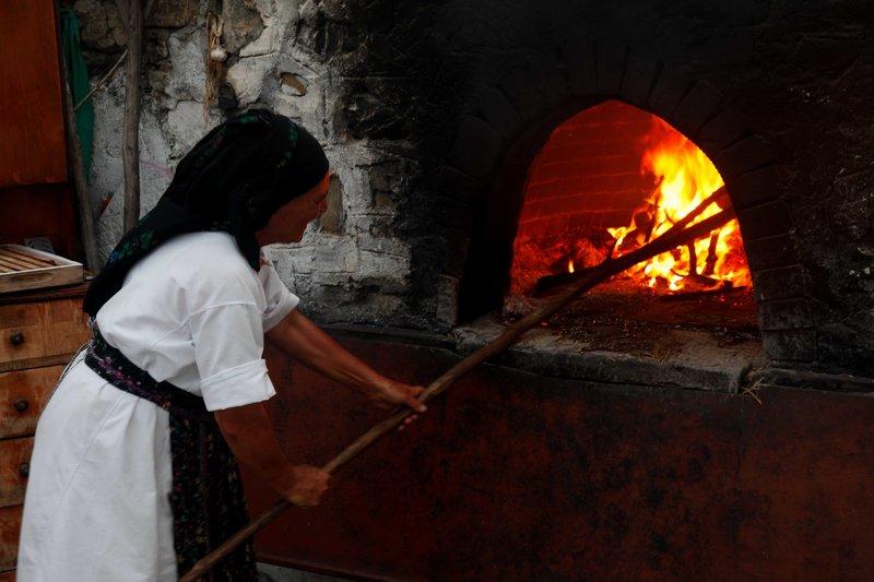 Ο παραδοσιακός τρόπος παρασκευής ψωμιού εντυπωσίασε τους συντάκτες αφιερώματος στη γερμανική εφημερίδα/Φωτογραφία: Eurokinissi