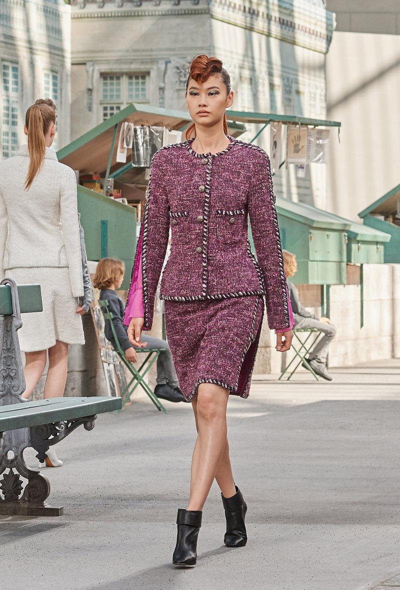 Τα κορίτσια του Karl Lagerfeld περπάτησαν στην πασαρέλα με ροκ χτενίσματα και χαμηλά μποτάκια με τακούνια με καμπύλες που θα ενέκρινε και η Coco Chanel