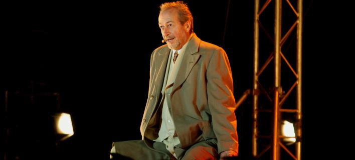 Υποδύεται τον Αλέξη Ζορμπά στο θέατρο Βέμπο