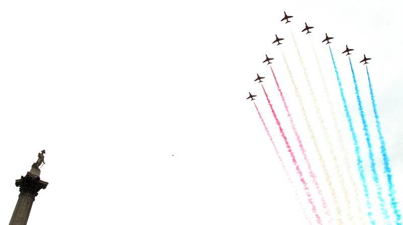 Αεροσκάφη σχηματίζουν με καπνό τα χρώματα της βρετανικής σημαίας-Φωτογραφία: SAC ROSE BUCHANAN RAF / BRITISH MINISTRY OF DEFENCE