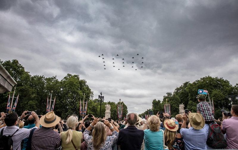 Πλήθος κόσμου απαθανατίζει τον σχηματισμό «100» από τα αεροσκάφη της RAF-Φωτογραφία: SAC ROSE BUCHANAN RAF / BRITISH MINISTRY OF DEFENCE