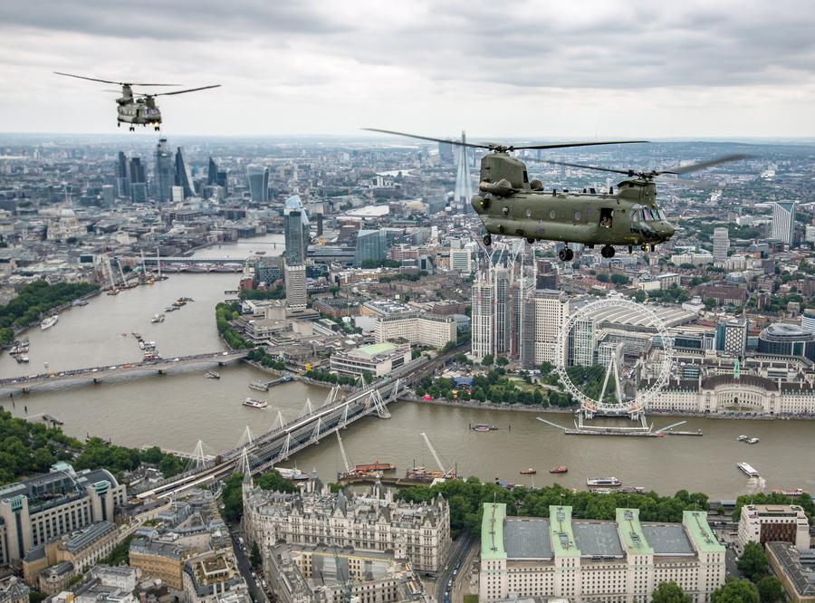 Ελικόπτερα Σινούκ της RAF πάνω από τον Τάμεση -Φωτογραφία: SAC ROSE BUCHANAN RAF / BRITISH MINISTRY OF DEFENCE