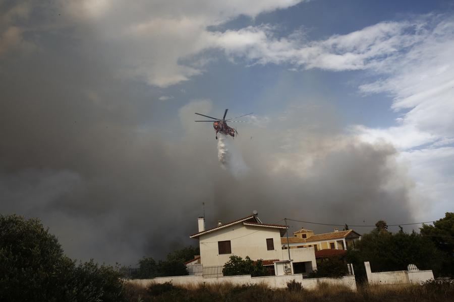 Πυροσβεστικά ελικόπτερα επιχειρούν πάνω από σπίτια στον Νέο Βουτζά -Φωτογραφία:ΑΠΕ ΜΠΕ/ΑΛΕΞΑΝΔΡΟΣ ΒΛΑΧΟΣ