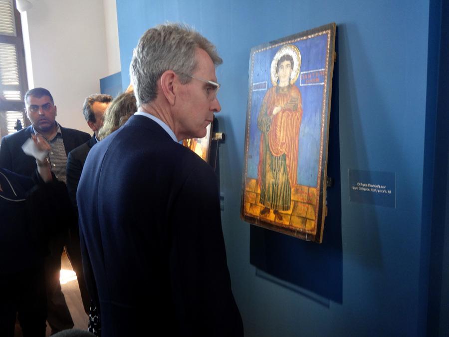 Στις κυρίως αίθουσες φιλοξενούνται 3 εικόνες του Θεόφιλου, οι οποίες μέχρι πρόσφατα φυλάσσονταν σε εκκλησία