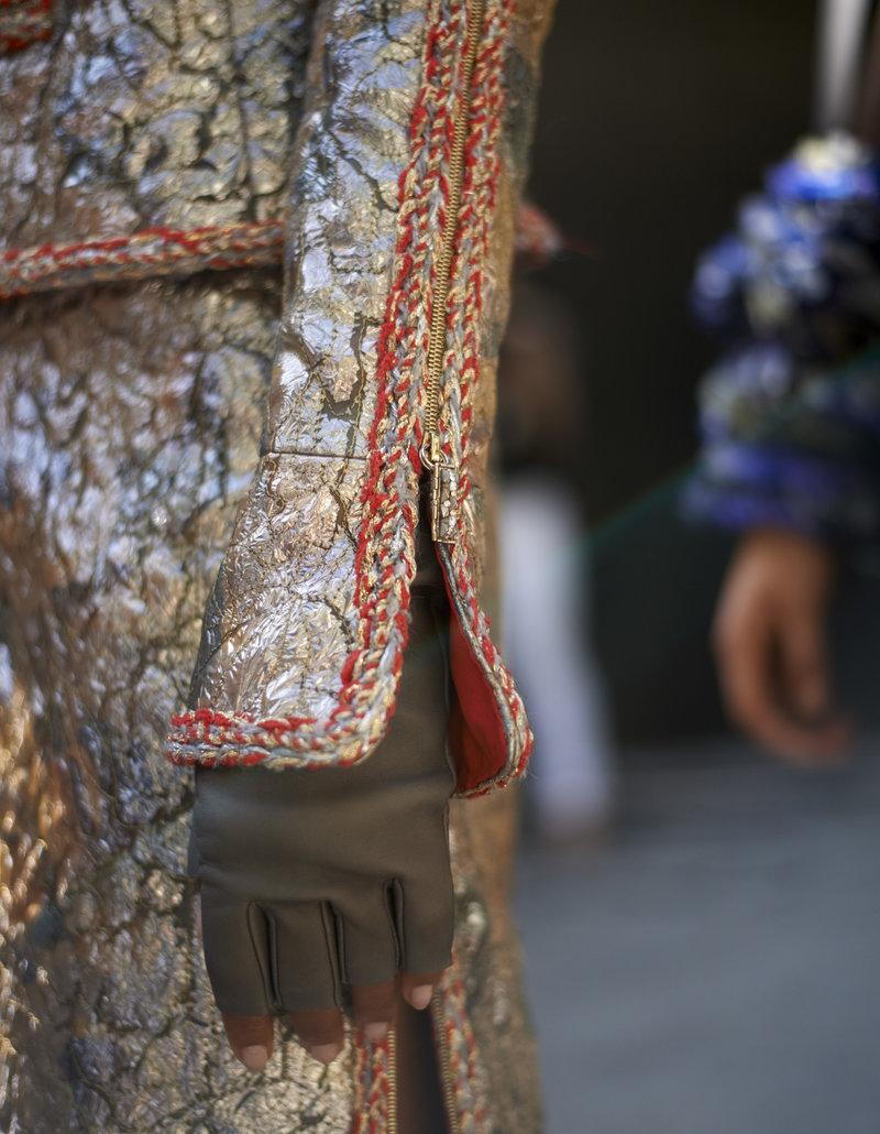 Τα φερμουάρ στα μανίκια ανοίγουν και αποκαλύπτουν μακριά γάντια