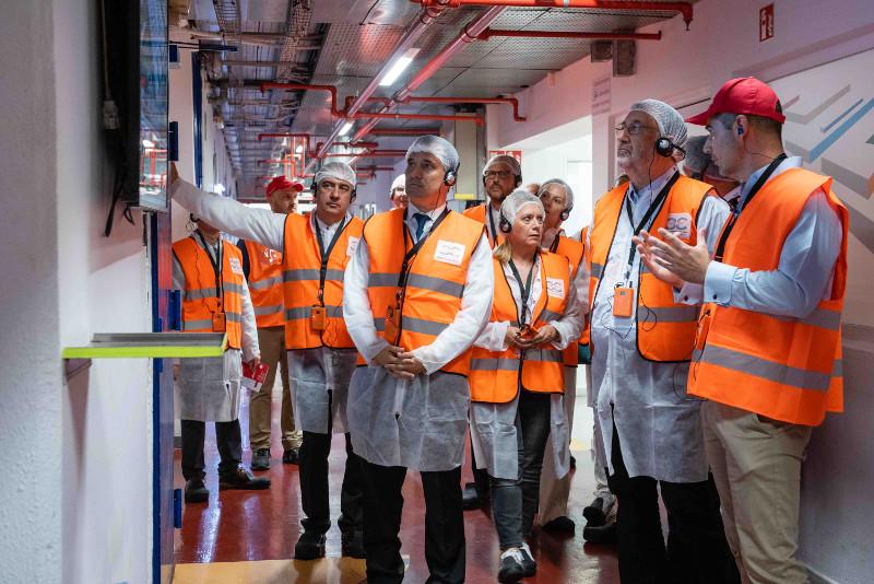 Ο υφυπουργός Οικονομίας και Ανάπτυξης Στέργιος Πιτσιόρλας κατά την ξενάγηση στους χώρους του Mega-Plant