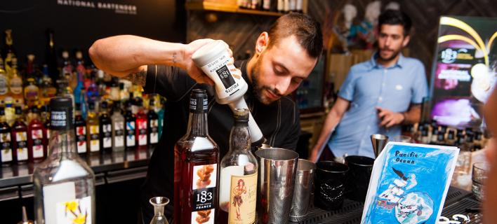 Μάκης Αιγινίτης, ο bartender που θα εκπροσωπήσει την Ελλάδα στο διεθνή διαγωνισμό