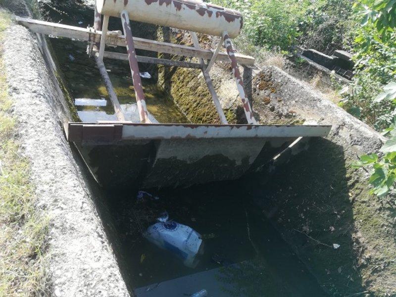 Το αρδευτικό κανάλι που βρέθηκε ο νεκρός άνδρας /Φωτογραφία agrinionews.gr