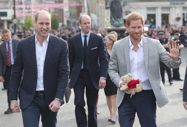 Πρίγκιπας Γουίλιαμ και πρίγκιπας Χάρι στο κάστρο των Ουίνδσορ χθες, όταν πήγαν για τσάι με την βασίλισσα