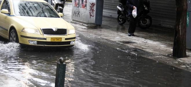 Προβλήματα στην Αττική εξαιτίας της καταιγίδας και των ισχυρών ανέμων -Εγκλωβίστ