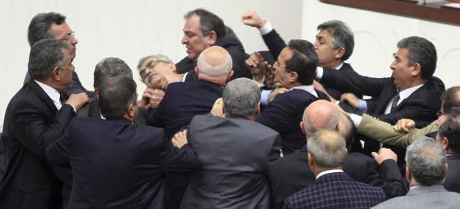 Ρινγκ η Βουλή στην Τουρκία -Στο νοσοκομείο βουλευτής με σπασμένη μύτη