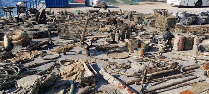 H εθελοντική ομάδα Aegean Rebreath καθάρισε το λιμάνι του νησιού.