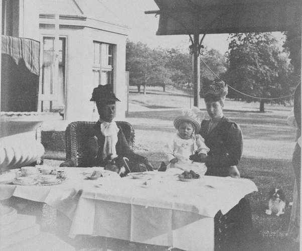 Αριστερά, η δούκισσα, τότε, του York, Μαίρη, έξω από το York Cottage /Ιούνιος του 1895
