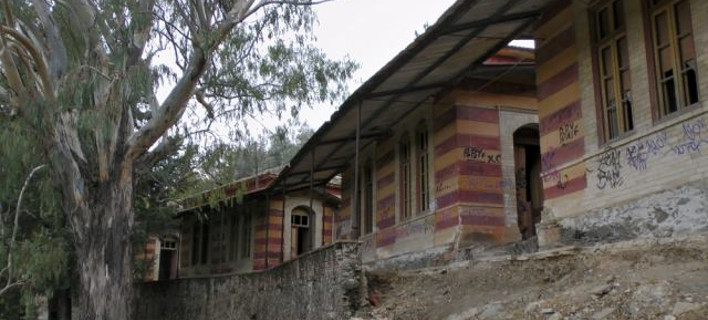 Μέσα στο εγκαταλελειμμένο Ασυλο Λεπρών της Χίου: Φάρμακα, κρεβάτια, κούκλες, όλα σε αποσύνθεση [εικόνες & βίντεο]