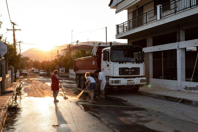 Ακόμη προσπαθούν να διώξουν τις λάσπες από τους δρόμους