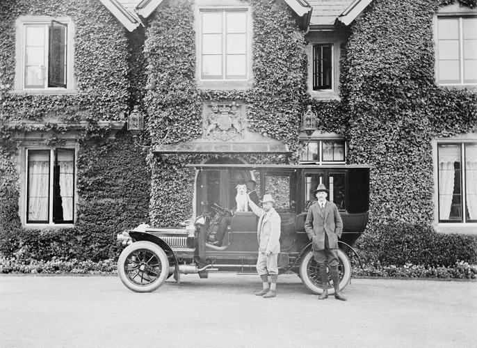 Ο βασιλιάς της Βρετανίας Γεώργιος 5ος, έξω από το York Cottage, με τον σκύλο του τον Happy /9 Οκτωβρίου 1906
