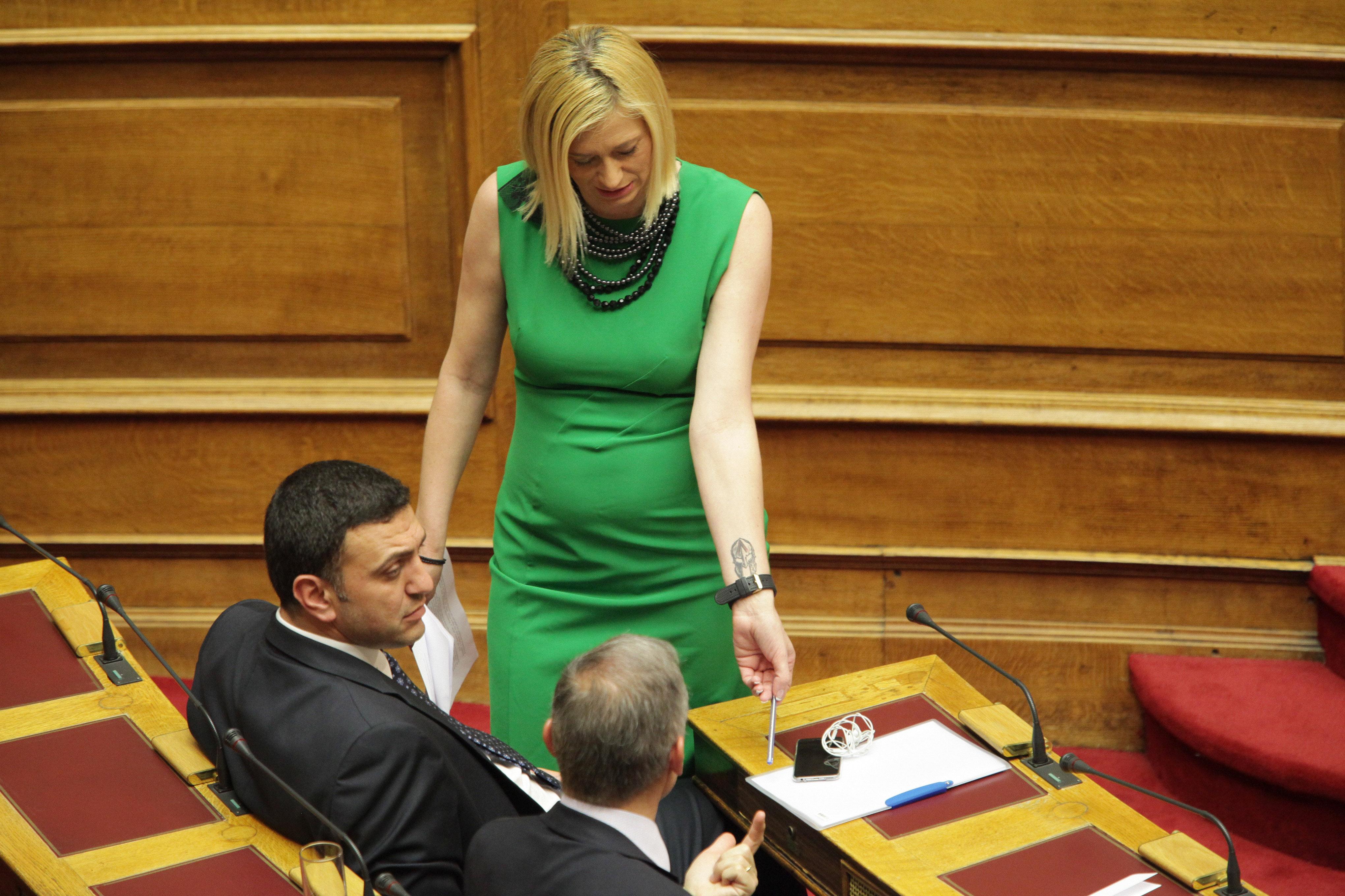 Το στενό πράσινο φόρεμα της Ραχήλ Μακρή που έβαλε φωτιά στην Βουλή!![Photos]