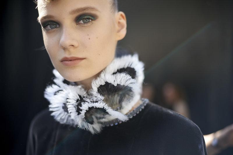 Ψηλοί γιακάδες με έντονα ντραπαρίσματα, ένα από τα χαρακτηριστικά γνωρίσματα της συλλογής Haute Couture Fall Winter 2018/19 της Chanel