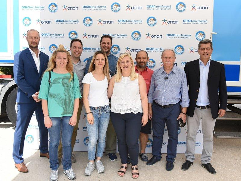 Πετρ Ματεγιόφσκι, Chief Customer Officer ΟΠΑΠ, Οδυσσέας Χριστοφόρου, Επικεφαλής Εταιρικών και Ρυθμιστικών Υποθέσεων ΟΠΑΠ με συνεργάτες του δικτύου πρακτορείων ΟΠΑΠ και καταστημάτων Play ΟΠΑΠ