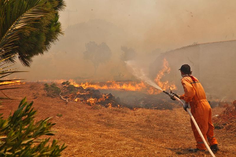 Καίγεται η Ελλάδα - Στο έλεος της φωτιάς Υμηττός και Νεάπολη