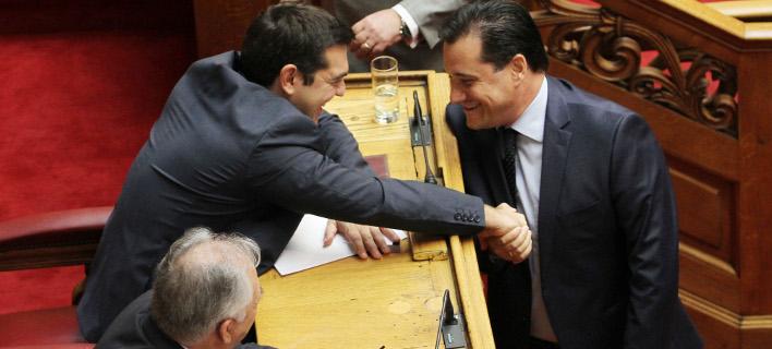 Τα «πηγαδάκια» της Βουλής: Γέλια Αδωνι-Τσίπρα και Καραμανλή- Σαμαρά [εικόνες]