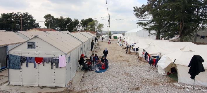 Πρόσφυγες διαμαρτύρονται για τις νέες αφίξεις στα Διαβατά -Δεν θέλουν άλλους στα κοντέινερ