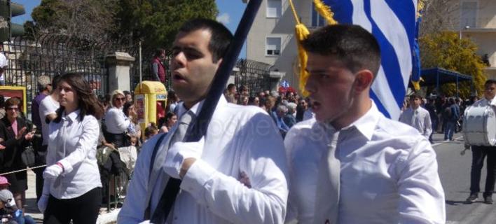 Τυφλός μαθητής παρέλασε ως σημαιοφόρος στην Κρήτη (Φωτο: zarpanews.gr)