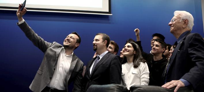Σέλφι και χαμόγελα στην παρουσίαση του Ελληνικού Διαστημικού Οργανισμού από το Νίκο Παππά [εικόνες]