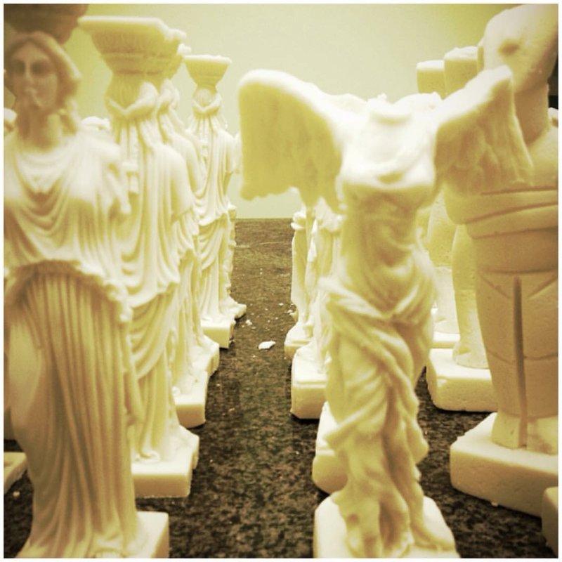 Μικρά γλυπτά από λευκή σοκολάτα ( Νίκη της Σαμοθράκης, κυκλαδίτικα εδώλια, η Αφροδίτη της Μήλου) τα γλυπτά δημιουργήθηκαν για την Performance Greek Edible του Αλεξάνδρου Πλωμαρίτη στην Biennale του Mιλάνου. Κατά τη διάρκεια της παράστασης μοιραστήκαν στο κοινό 300 αγάλματα και η ελληνική τέχνη, κατακρεουργήθηκε από του παρευρισκόμενους.