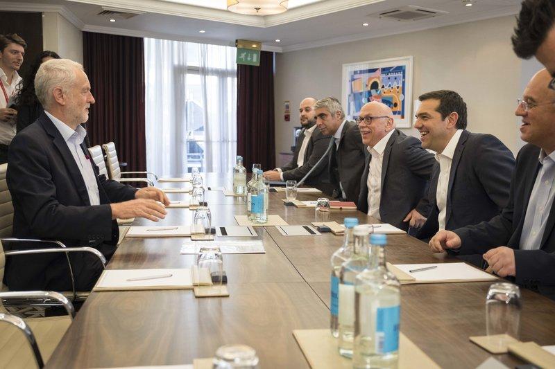 Η ελληνική αντιπροσωπεία στη συνάντηση με τον Τζέρεμι Κόρμπιν -Ο Αλέξης Τσίπρας με τον επικεφαλής των Εργατικών Τζέρεμι Κόρμπιν -Φωτογραφία: ΓτΠ ANDREA BONETTI