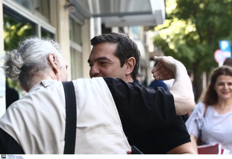 Χαμογελαστός ο Αλέξης Τσίπρας προσέρχεται στην Κουμουνδούρου