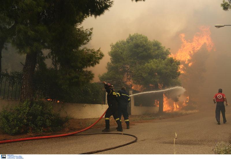 Οι πυροσβέστες δίνουν μάχη να προστατέψουν τις περιουσίες των κατοίκων.