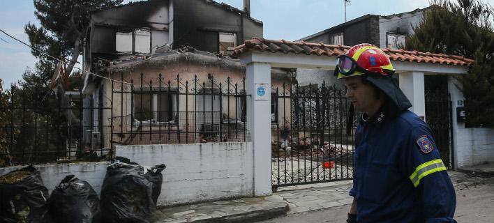 Καμένο σπίτι από τις πυρκαγιές /Φωτογραφία intime news