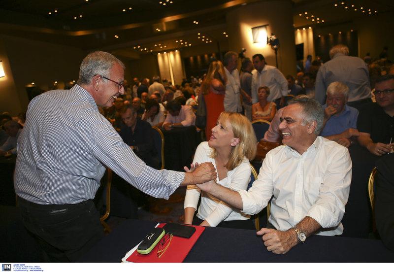 Ο απερχόμενος γραμματέας Π. Ρήγας και ο επόμενος Π. Σκουρλέτης ανταλάσσουν χειραψία
