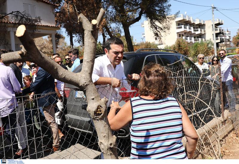 Ο Αλέξης Τσίπρας στη βόλτα του συνομίλησε με πυρόπληκτους κατοίκους