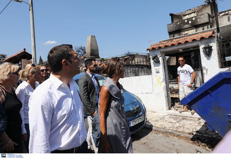 Αμέσως μετά την συνάντησή του με τους κατοίκους στην καφετέρια επισκέφθηκε γειτονιές που επλήγησαν από τη φονική πυρκαγιά