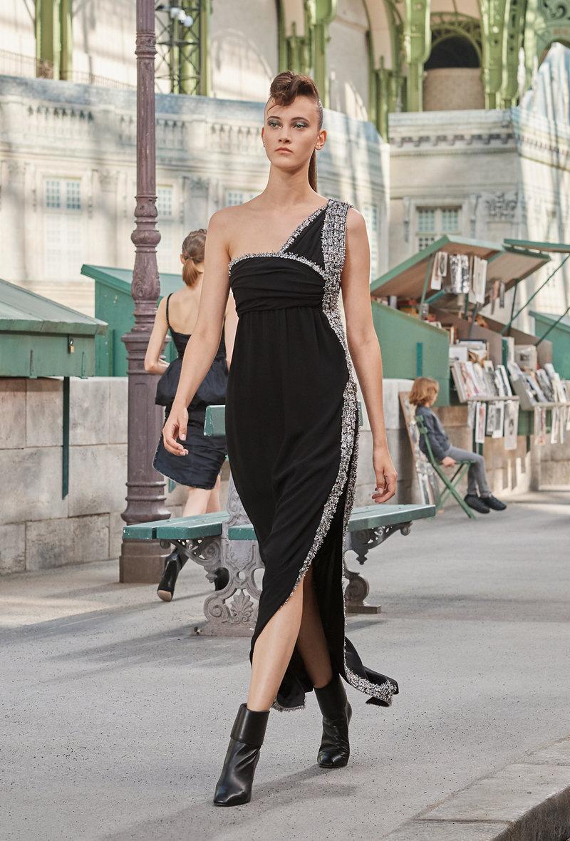 Το μακρύ μαύρο φόρεμα σε άλλο επίπεδο