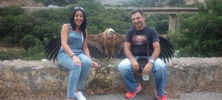 Το ζευγάρι στην Κρήτη και ο γυπαετός/ Φωτογραφία cretapost.gr
