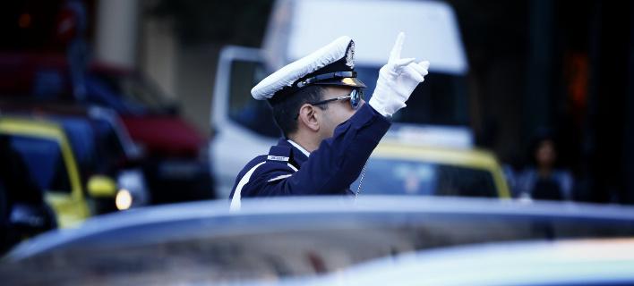Η Τροχαία επιστρέφει πινακίδες και άδειες οδήγησης που είχαν αφαιρεθεί για παράνομη στάθμευση