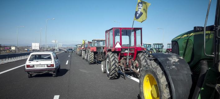 Το πρώτο αγροτικό μπλόκο στήθηκε στην Καρδίτσα - Εναλλακτικές διαδρομές για τα οχήματα [εικόνες]