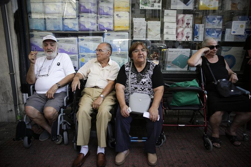 Συνταξιούχοι έξω από τον ΕΦΚΑ διαμαρτύρονται για τις συντάξεις