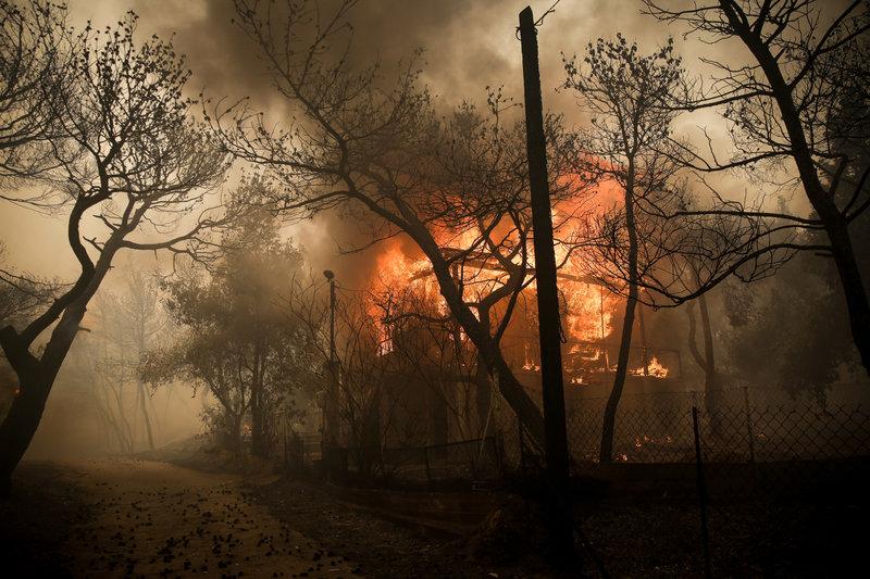 Σπίτια στις φλόγες στην Κινέτα.
