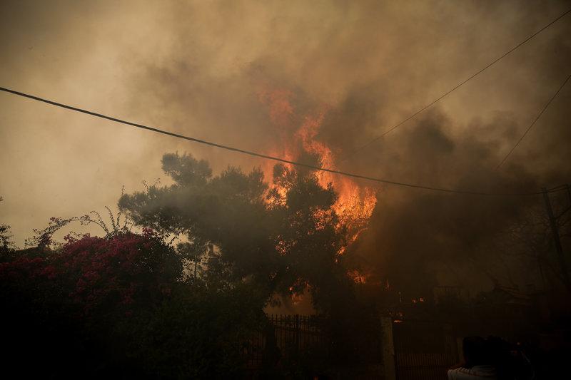 Η φωτιά έχει πάρει ανεξέλεγκτες διαστάσεις.