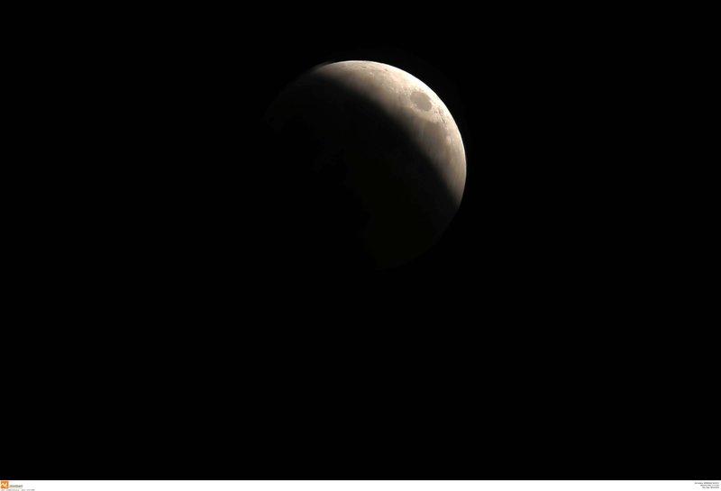 Η έκλειψη της Σελήνης πάνω από την πόλη της Θεσσαλονίκης -Eurokinissi/ΒΕΡΒΕΡΙΔΗΣ ΒΑΣΙΛΗΣ