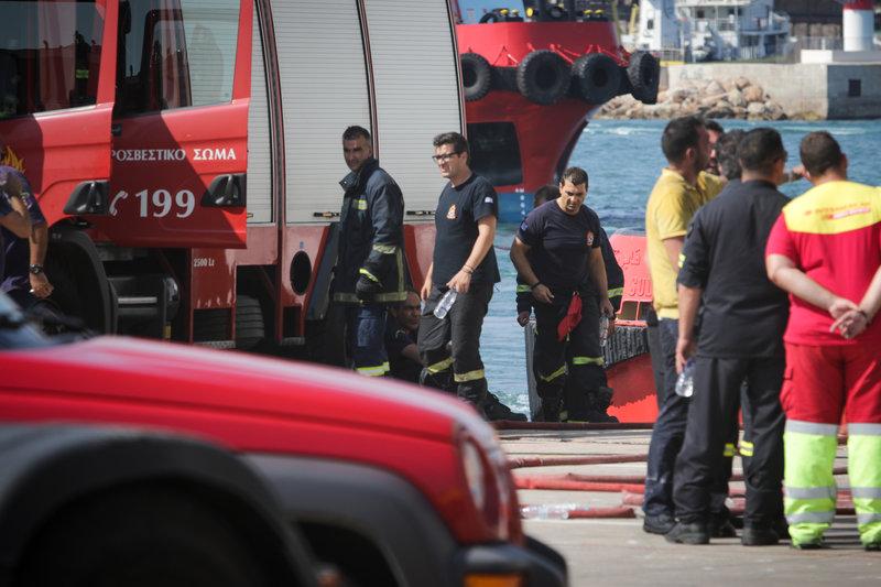 Από τα ξημερώματα οι δυνάμεις της πυροσβεστικής δίνουν τη μάχη για την κατάσβεση της πυρκαγιάς