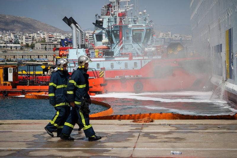 Οι πυροσβέστες έχουν καταφέρει να προχωρήσουν βαθύτερα μέσα στο πλοίο για να ολοκληρώσουν το έργο τους