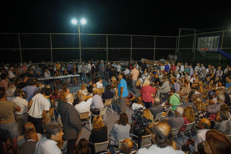 Οι κάτοικοι του Ματιού ακούν τις εξηγήσεις του κλιμακίου -Φωτογραφία: EUROKINISSI/ ΘΑΝΑΣΗΣ ΔΗΜΟΠΟΥΛΟΣ)
